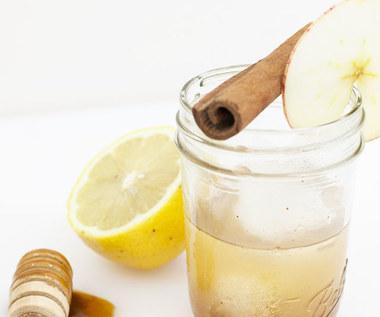 Jak przygotować oczyszczający napój z octem jabłkowym?