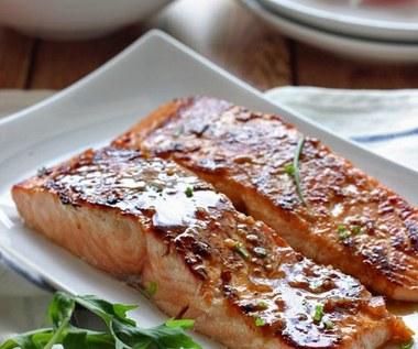 Jak przyrządzić łososia w sosie miodowo-sojowym