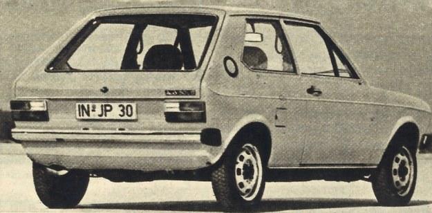 """Jak przystało na samochód drugiej potowy lat 70-tych Audi 50 ma otwieraną klapę tylną, która nadaje nadwoziu uniwersalny charakter. Okrągły """"wlew"""" w słupku okna tylnego to... wywietrznik. Wlew mieści się tuż przed tylnym prawym kołem. /Audi"""