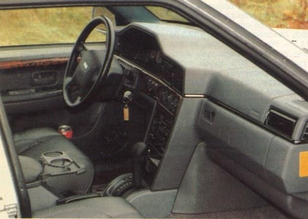 Jak przystało na tę klasę pojazdu, wnętrze wykończone jest w drewnie i skórze. Nie zapomniano jednak o wielu praktycznych drobiazgach, jak np. uchwyty na pojemniki z piciem. O 2 airbagach i innych elementach związanych z bezpieczeństwem nie warto wspominać, bo w przypadku wozu tej marki ich istnienie wydaje się czymś oczywistym. Konstruktorzy znaleźli dobre miejsce dla skrzynki bezpieczników. Znajduje się ona na bocznej ściance deski rozdzielczej, więc jest dostępna po otwarciu lewych drzwi, czyli bez konieczności klękania ani też otwierania maski. /Motor