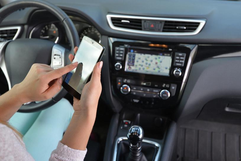 Jak różnego rodzaju modele smartfonów sprawdzają się podczas korzystania w samochodzie /123RF/PICSEL