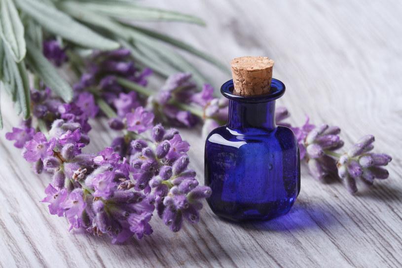 Jak samemu zrobić olejek zapachowy? /123RF/PICSEL