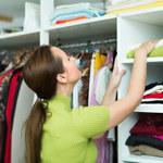 Jak sprytnie uporządkować ubrania w szafie?
