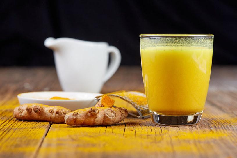 Jak stosować miód z kurkumą? /©123RF/PICSEL