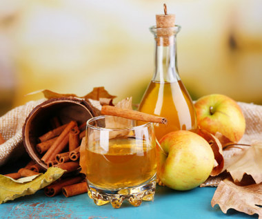 Jak stosować ocet jabłkowy na włosy?