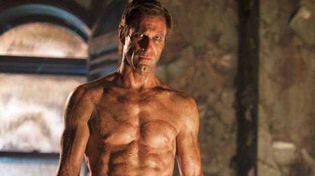 """Jak stworzyć przystojne monstrum? Aaron Eckhart w scenie z filmu """"Ja, Frankenstein"""" /materiały dystrybutora"""