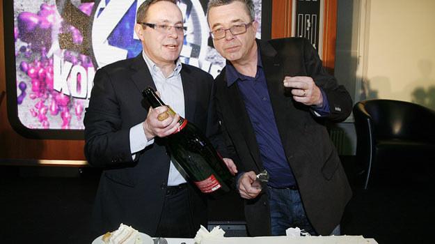 Jak świętować to tylko tak, jak redaktorzy Miecugow i Sianecki - szampanem i tortem/fot. Grąbczewski /AKPA