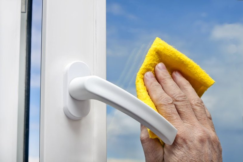 Jak szybko i skutecznie wyczyścić plastikowe ramy okien? /123RF/PICSEL