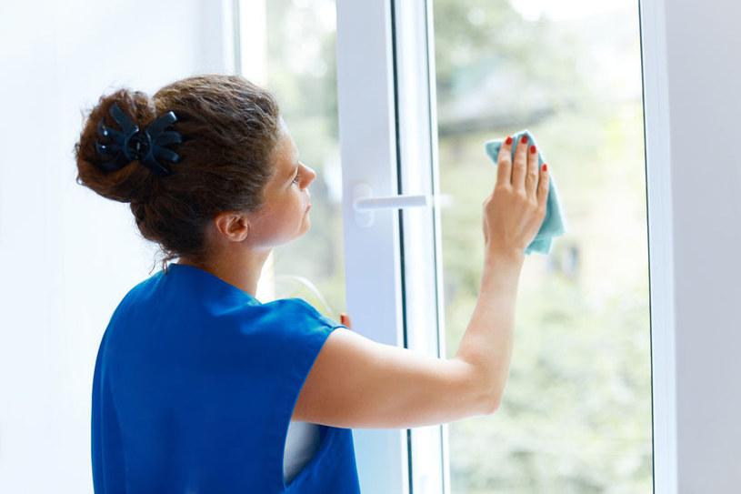 Jak szybko i sprawnie umyć okna? /©123RF/PICSEL