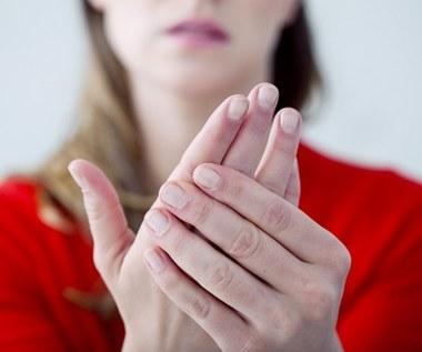 Jak szybko rozgrzać zimne stopy i dłonie?
