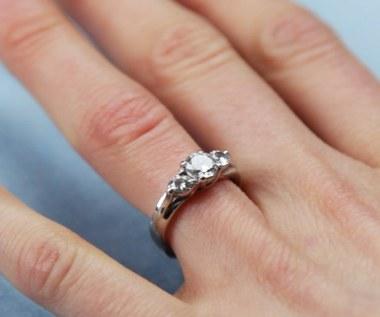 Jak tymczasowo zmniejszyć pierścionek?