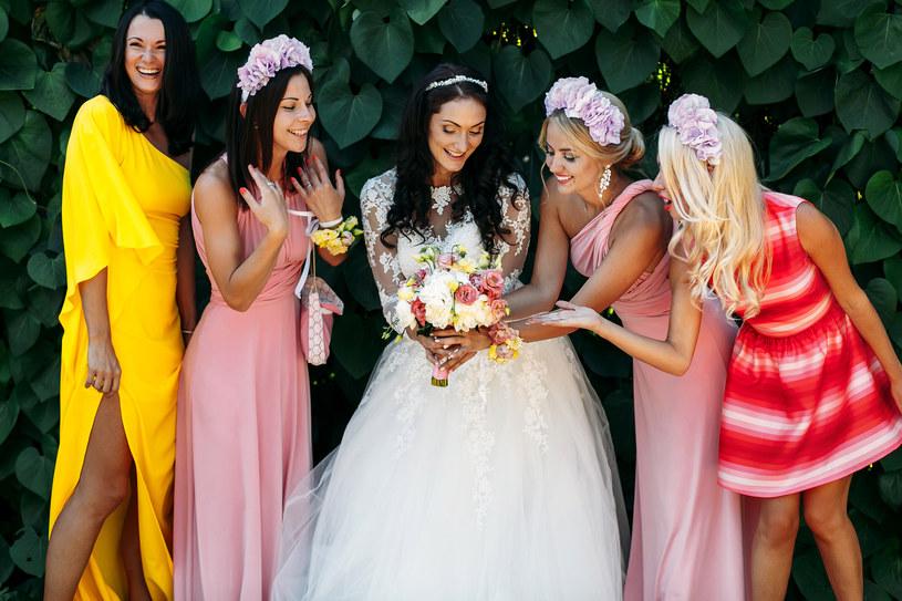 Jak ubrać się na wesele jako gość? /materiały prasowe