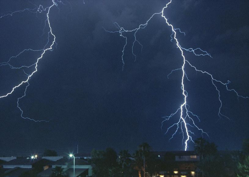 Jak uchronić swój sprzęt elektryczny przed burzami i upałami? /© Glowimages