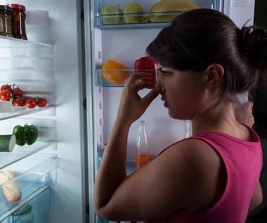 Jak usunąć brzydki zapach z lodówki za pomocą węgla aktywnego?