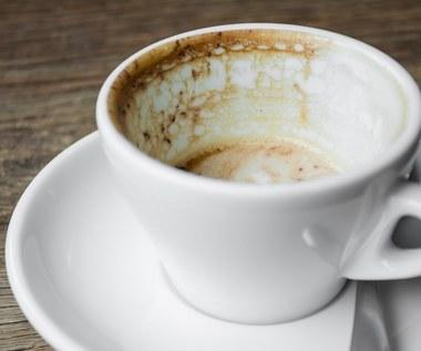 Jak usunąć osad z kawy i herbaty z kubka?