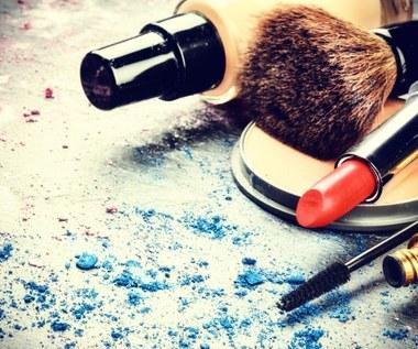 Jak usunąć plamy z kosmetyków?