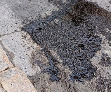 Jak usunąć plamy z oleju z kostki brukowej?