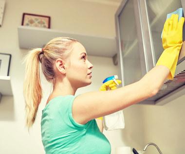 Jak usunąć tłuszcz z szafek kuchennych?