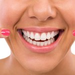 Jak usunąć żółty nalot z zębów i naturalnie je wybielić?