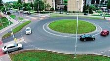 Jak używać kierunkowskazów na rondzie?