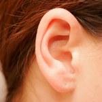 Jak w domowy sposób usunąć woskowinę uszną?