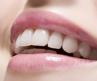 Jak w naturalny sposób wybielić zęby za pomocą octu jabłkowego?