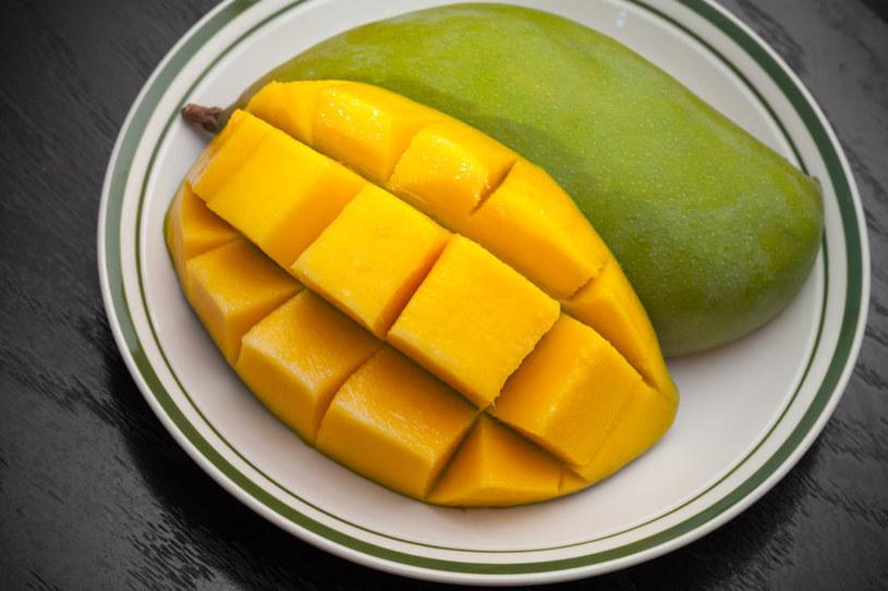 Jak w prosty sposób pokroić mango? /123RF/PICSEL
