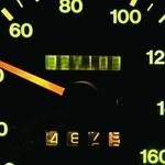 Jak w prosty sposób sprawdzić przebieg auta używanego?