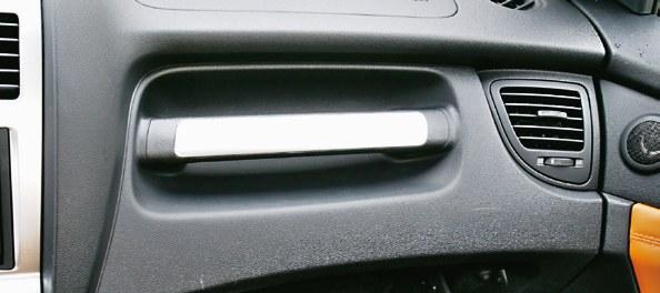 Jak w terenówce – rączka przed pasażerem. Użyteczna czasem przy wsiadaniu. /Motor