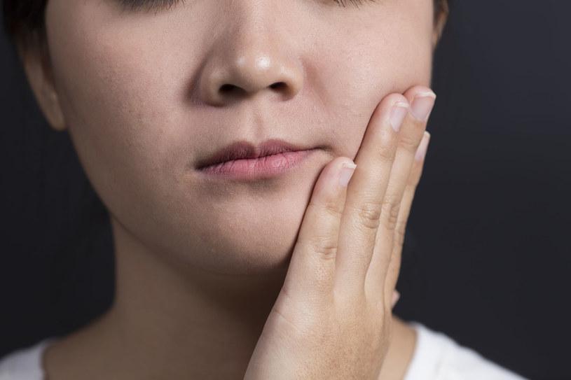 Jak walczyć z syndromem opuchniętej twarzy? Po pierwsze, unikaj soli /123RF/PICSEL