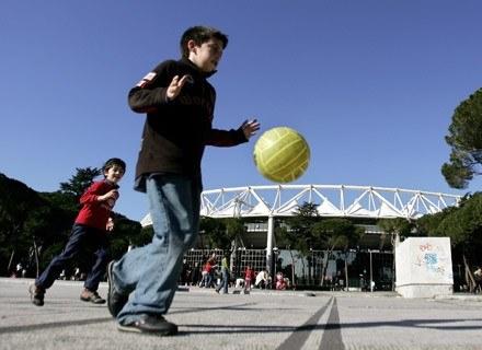 Jak weźmiesz go na boisko, to zaoszczędzisz na wybitych szybach... /AFP