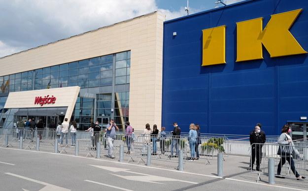 Jak widać po zdjęciach PAP, po południu oczekujących na wejście do sklepu było już nieco mniej / Andrzej Grygiel    /PAP