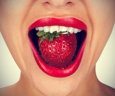 Jak wybielić zęby pastą z truskawek i sody oczyszczonej?