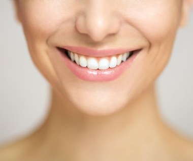 Jak wybielić zęby z pomocą folii aluminiowej?
