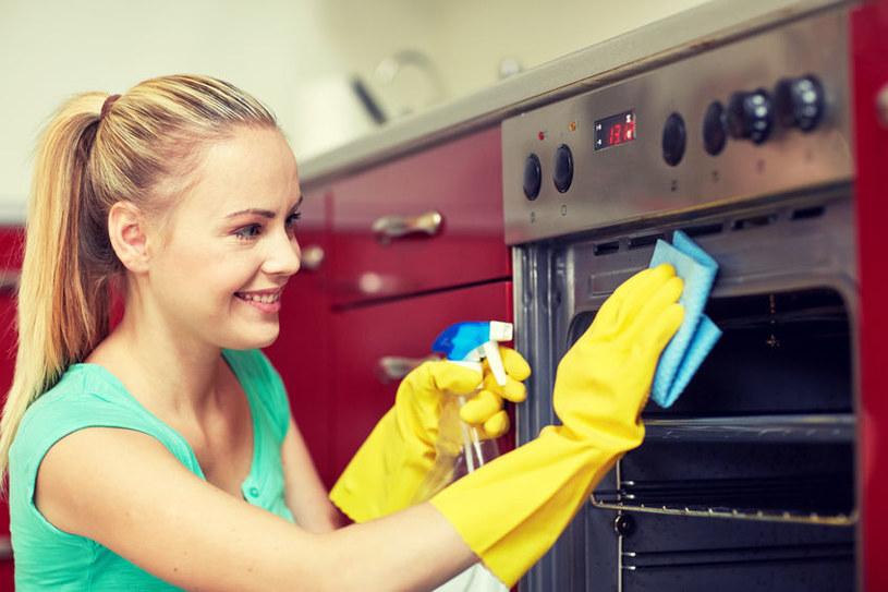 Jak wyczyścić piekarnik? /©123RF/PICSEL