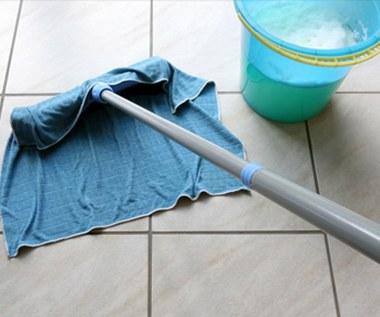 Jak wyczyścić płytki na podłodze?