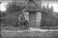 Pustelnik Ignacy Piotrowski przed pustelnią. 1933 r.