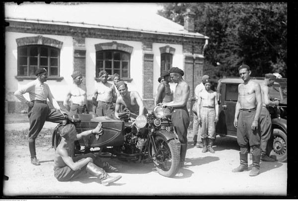 Grupa szkolna motocyklowa w koszarach w Garwolinie. 1939 r.