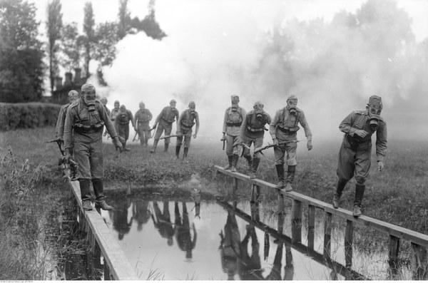 Żołnierze forsują przeszkodę wodną w maskach przeciwgazowych. 1935 r.