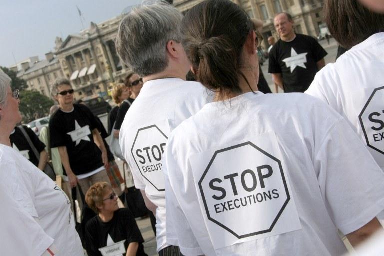 Jak wynika z raportów Amnesty International, tylko w 2013 r. na świecie wykonano co najmniej 778 egzekucji                            Zdj. z demonstracji w Paryżu w 2009 roku /EMILIEN CANCET / AFP /AFP