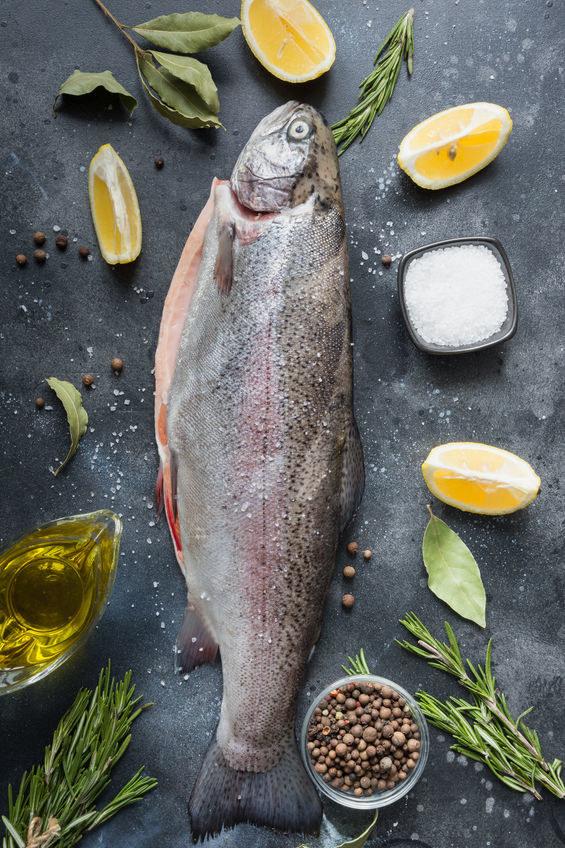 Jak wypatroszyć rybę /©123RF/PICSEL