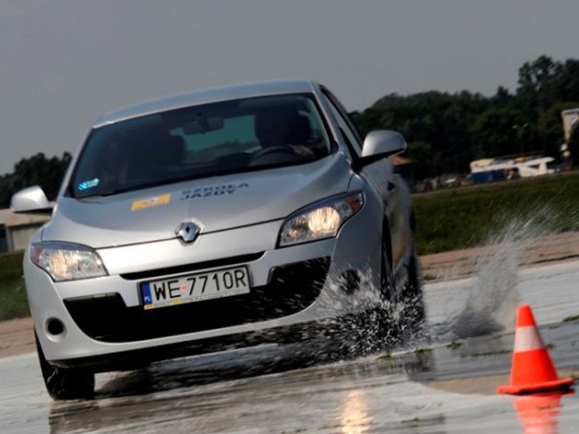 Jak wyprowadzać auto z poślizgu - radzą eksperci Szkoły Jazdy Renault  /materiały prasowe