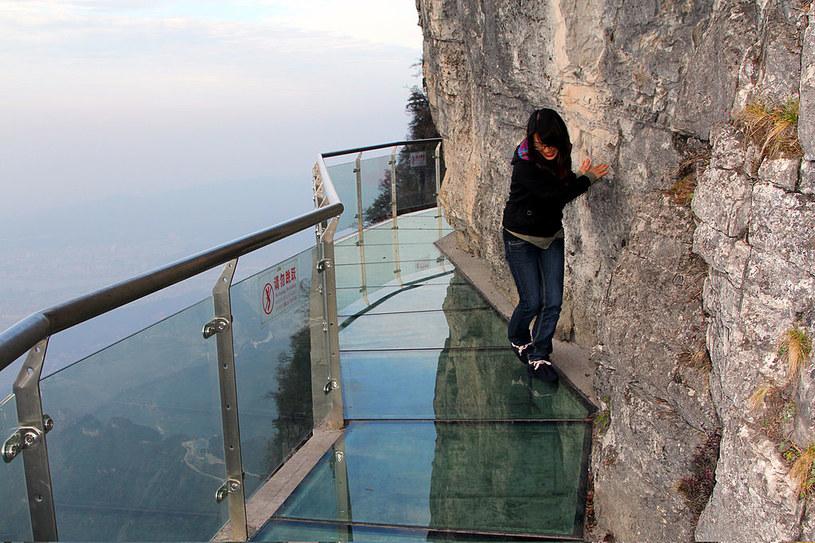 Jak zachowują się turyści 1400 m nad przepaścią? Bardzo różnie /Visual China Group via Getty Images /Getty Images