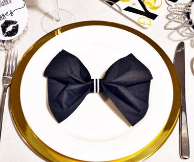 Jak złożyć serwetkę na stół w kształcie muszki?