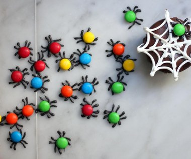 Jak zrobić babeczki z lukrową pajęczyną na Halloween?
