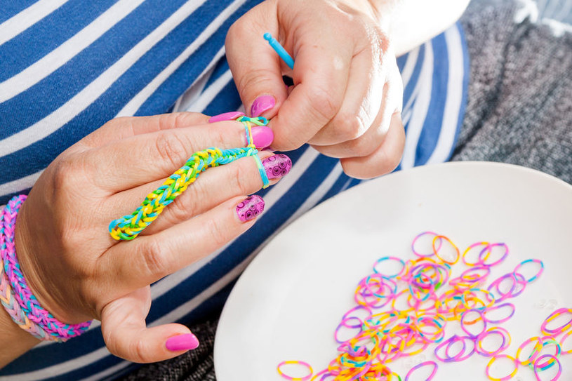 Jak zrobić bransoletkę na palcach? /©123RF/PICSEL
