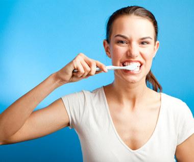 Jak zrobić domową pastę do zębów, która wzmacnia i wybiela zęby?