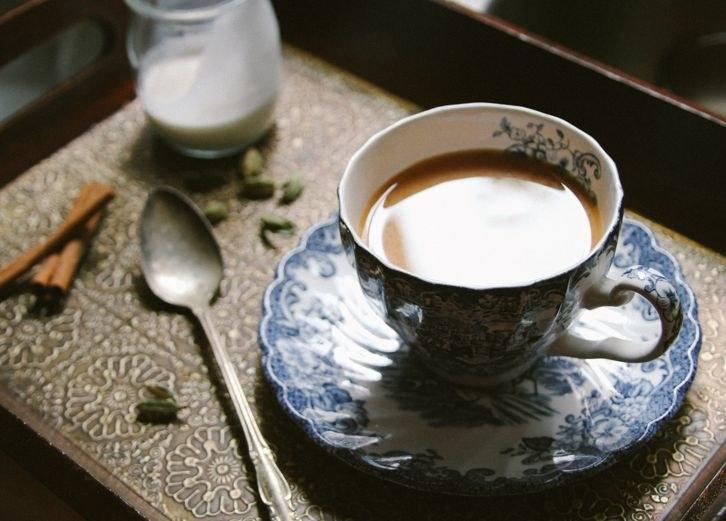 Jak zrobić herbatę imbirowo - kardamonową? /© Photogenica