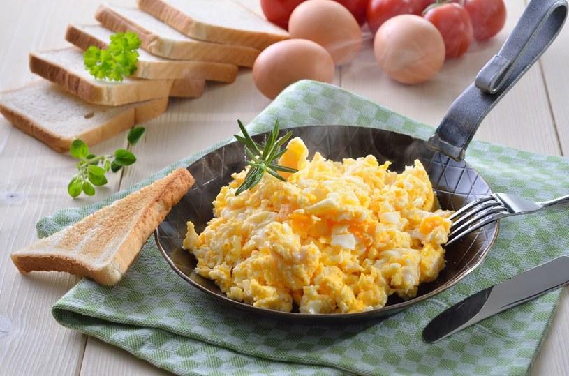 Jak zrobić jajecznicę idealną? /123RF/PICSEL