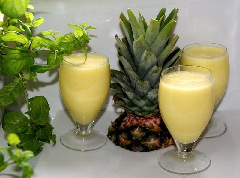 Jak zrobić koktajl ananasowy /© Photogenica